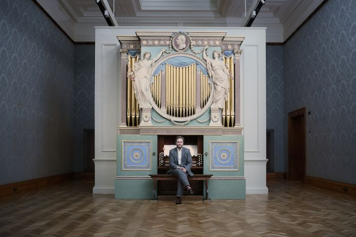 Ragnar Kjartansson, The Sky in a Room, 2018. Performer, organ and the song