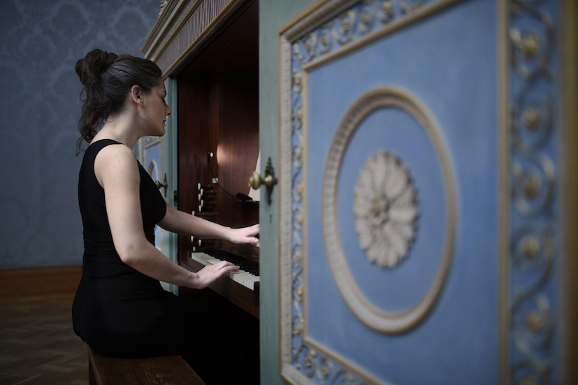 """Ragnar Kjartansson, The Sky in a Room, 2018. Performer, organ and the song """"Il Cielo in una Stanza"""" by Gino Paoli (1960) Commissioned by Artes Mundi and Amgueddfa Cymru – National Museum Wales and acquired with the support of the Derek Williams Trust and Art Fund. Courtesy of the artist, Luhring Augustine, New York and i8 Gallery, Reykjavik. Ph. Polly Thomas"""