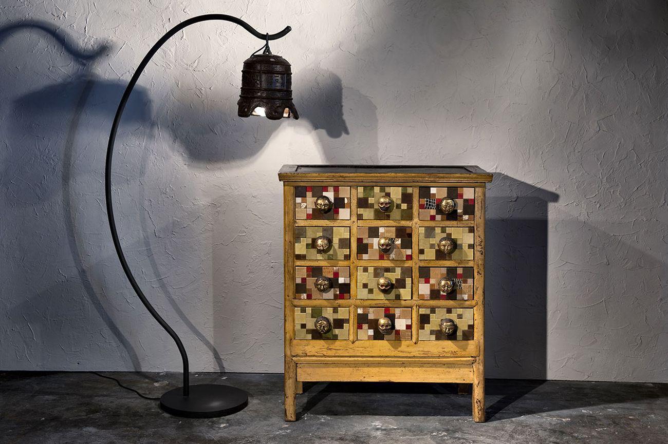 Cassettiera con mosaico di pelle e maniglie da collana tibetana Design Zael. Courtesy Galleria Thais