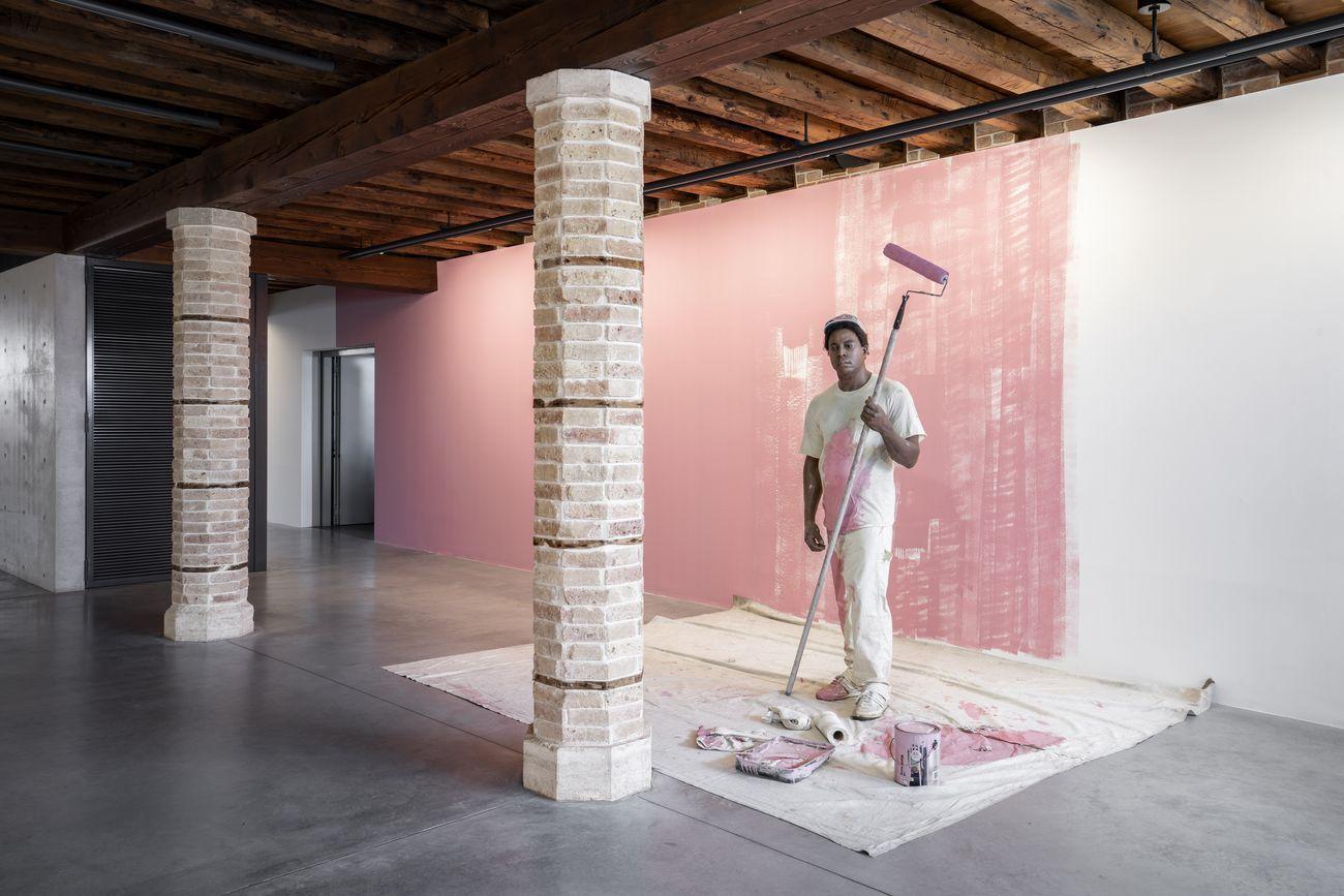 Duane Hanson, Housepainter I, 1984-88. Pinault Collection © Duane Hanson by SIAE 2020. Installation view at Punta della Dogana, Venezia 2020 © Palazzo Grassi, photo Marco Cappelletti