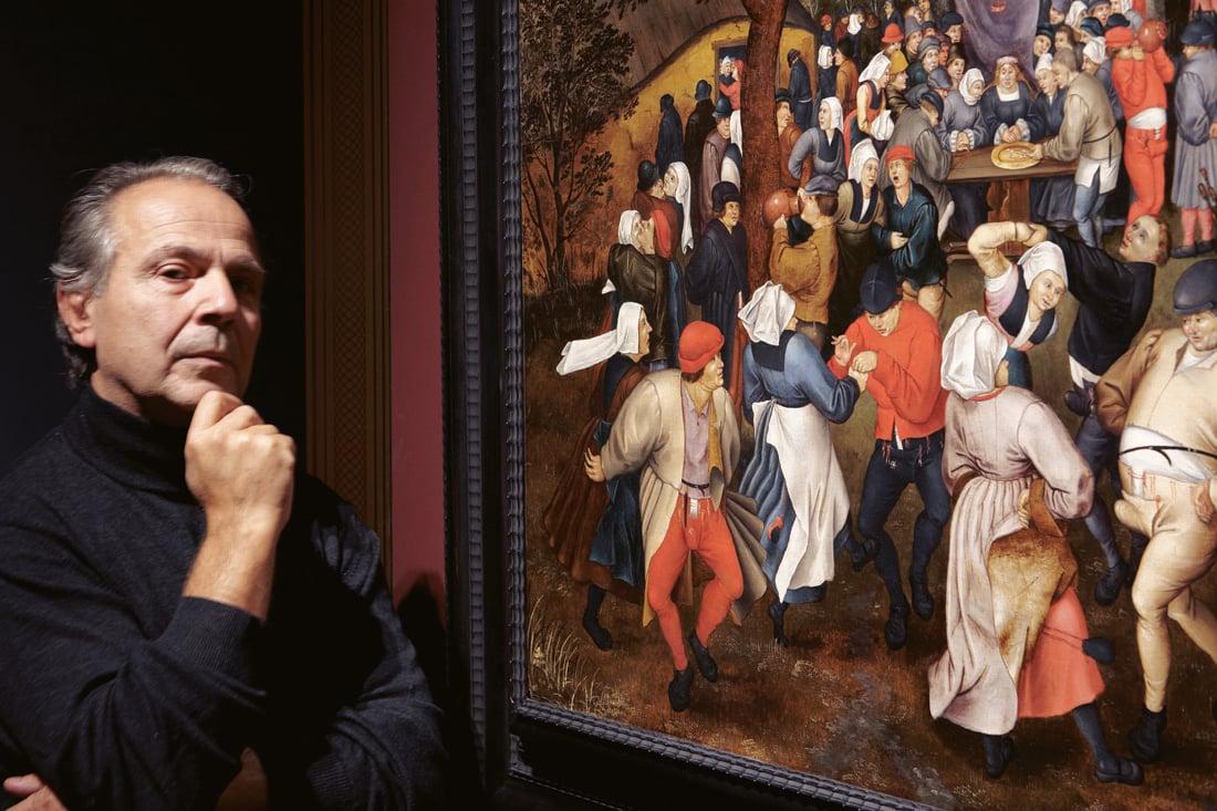 """Francesco Murano davanti al dipinto """"Festa di matrimonio all'aperto"""" di Pieter Brueghel. Verona, Palazzo Albergati, 2015. Photo Danilo Alessandro"""