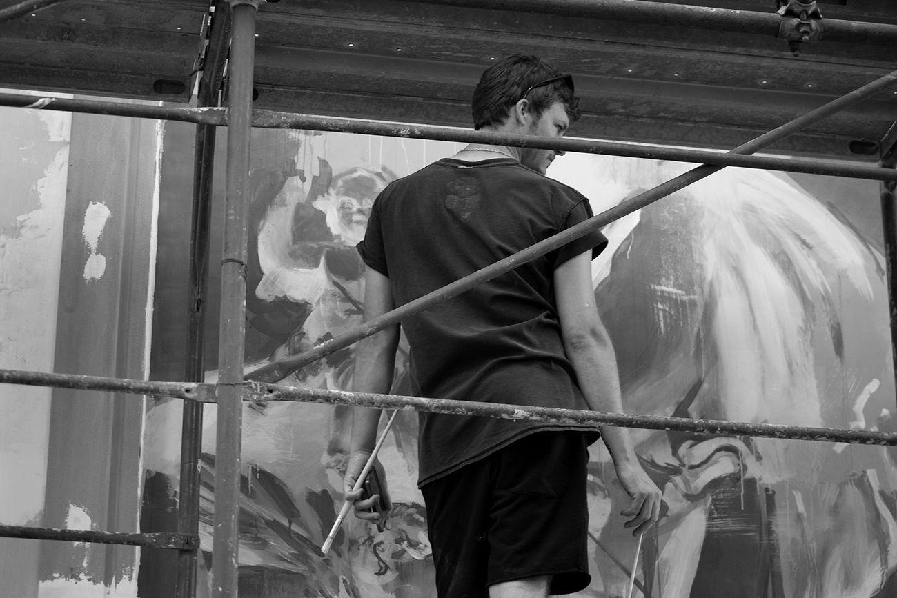 """Francisco Bosoletti mentre realizza l'opera """"Alma Memoria"""", Casamale, Somma Vesuviana, luglio 2018. Photo credit Benedetta Petrone"""