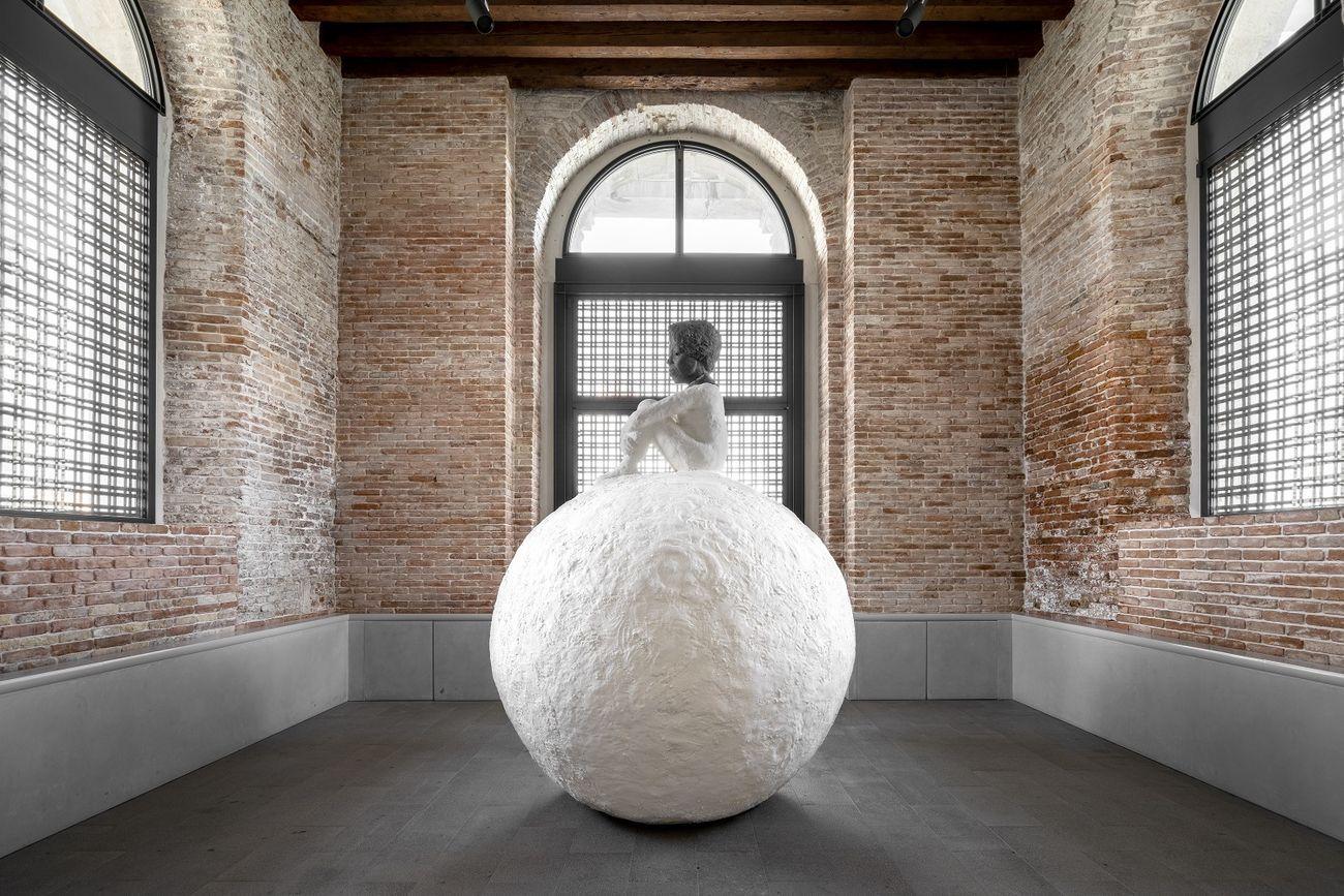 Lorna Simpson, Woman on a Snowball, 2018 © Lorna Simpson. Courtesy of the artist and Houser & Wirth. Installation view at Punta della Dogana, Venezia 2020 © Palazzo Grassi, photo Marco Cappelletti