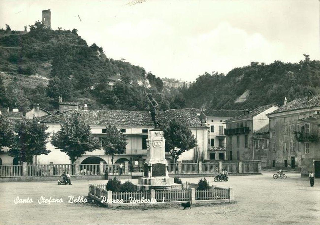 La piazza principale di Santo Stefano Belbo negli anni Venti, al tempo dell'infanzia di Pavese