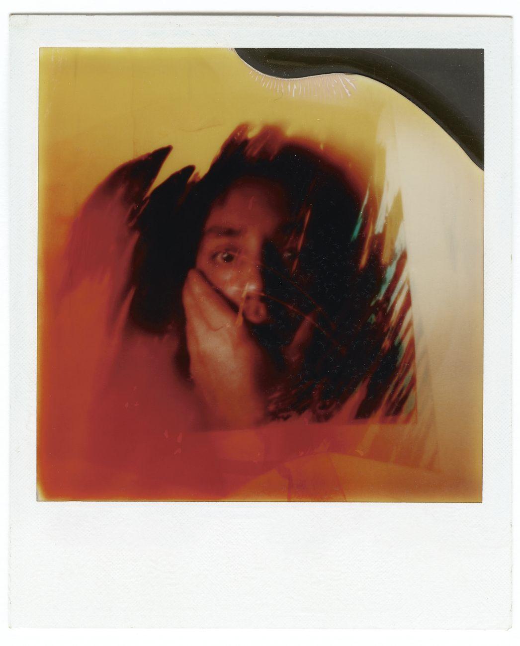 Paolo Gioli, Autoritratto stenopeico, Polaroid SX-70 applicata su carta da disegno, 25 × 17,5 cm, 1977. Collezione privata. © Paolo Gioli