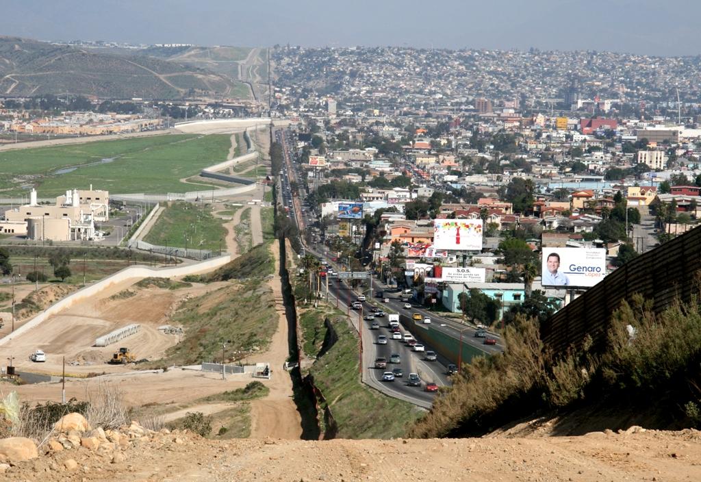 Il muro di confine: Tijuana, Messico, a destra, e San Diego, Usa, a sinistra. www.ngb.army.mil