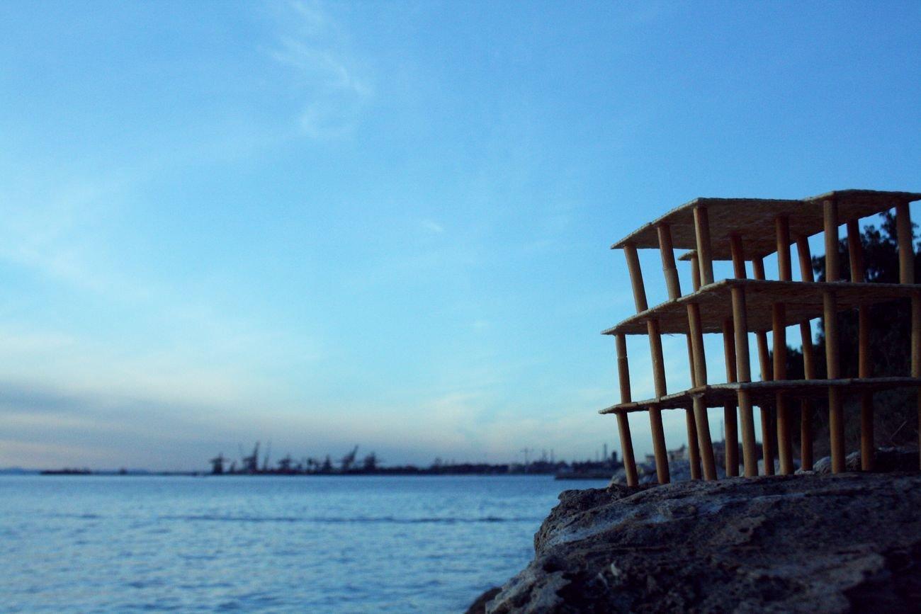 Aurora Avvantaggiato, Una baracca sul mare, 2019, installazione ambientale, cracker e grissini, fotografia digitale. Photo Aurora Avvantaggiato