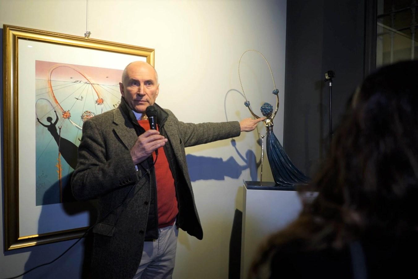 Ferruccio Carminati in una recente mostra mercato delle opere di Dalì allestita a Parma