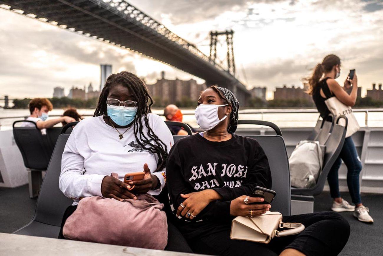 Francesca Magnani, Two friends chat, Williamsburg Bridge, East River Route, September 2 2020