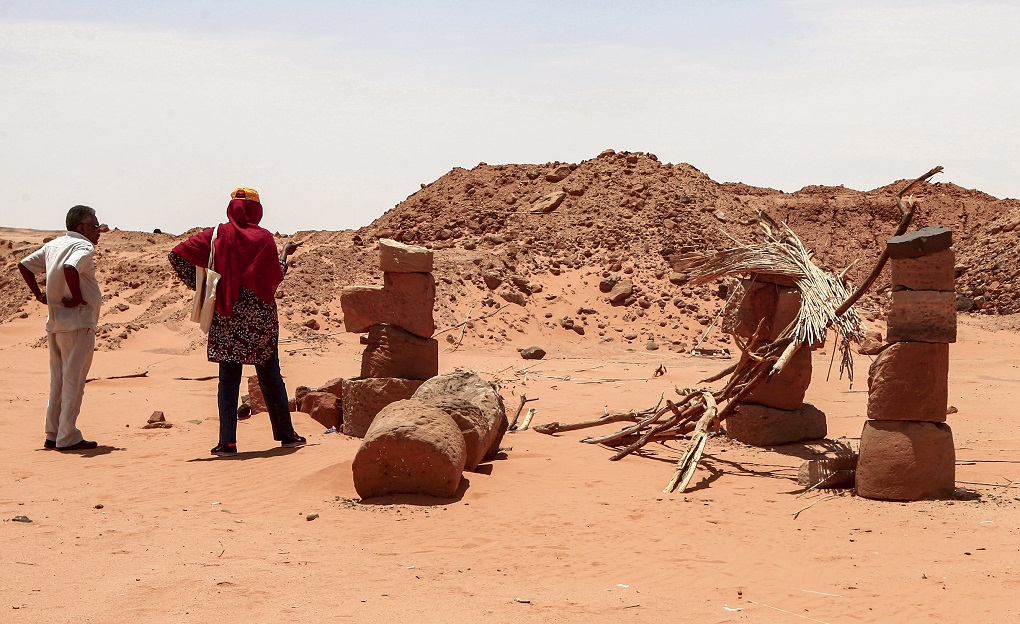 L'archeologo Habab Idriss Ahmed, a destra, il Professor Mahmoud al-Tayeb, ispezionano I Danni causati dai predoni. Photo Ebrahim HAMIDAFPGetty Images