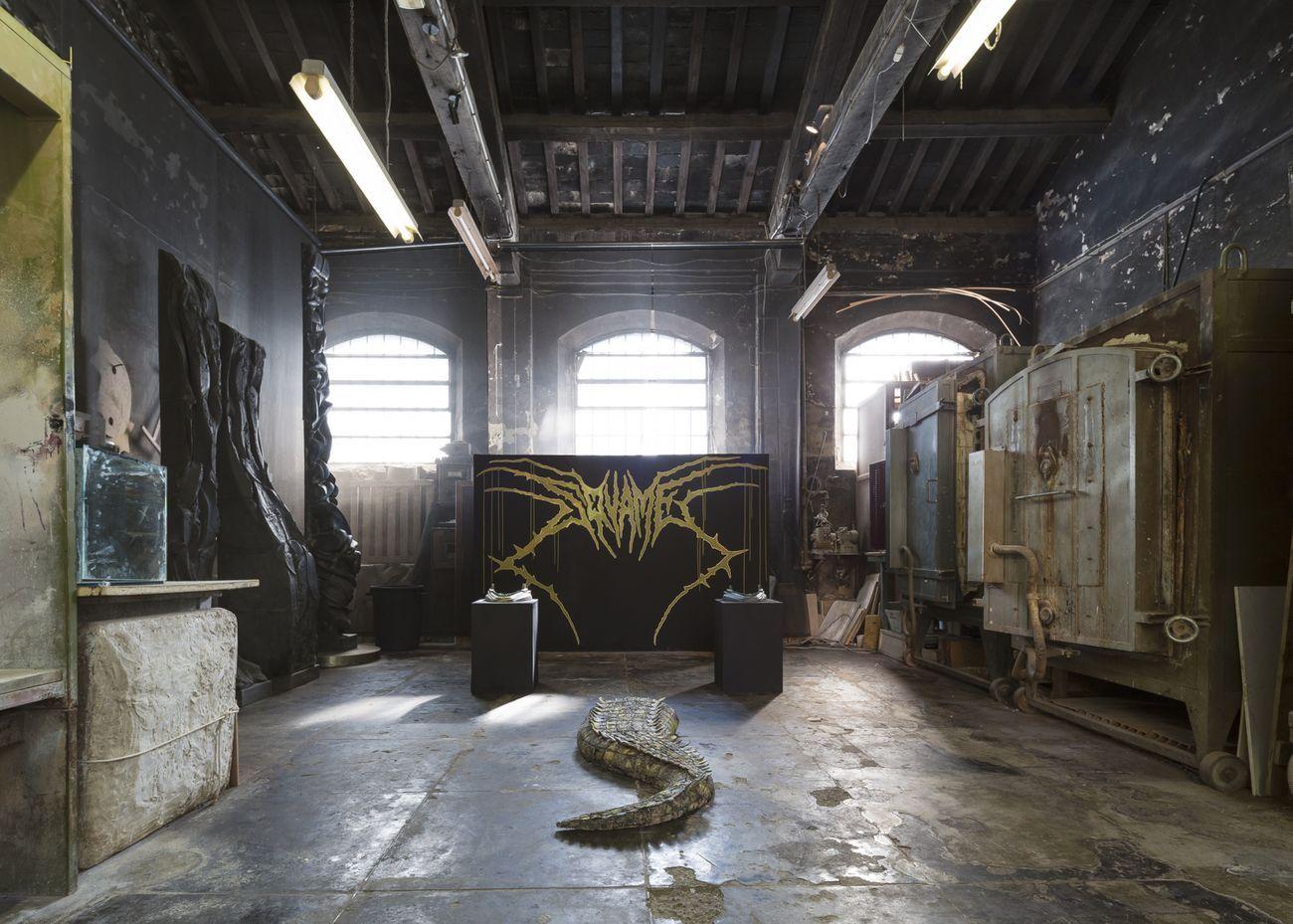 Marco Ceroni, Squame, 2020, Installation view at Museo Carlo Zauli, Faenza 2020. Wall painting di Elia Landi. Courtesy GALLLERIAPIÙ, Bologna. Photo Stefano Maniero