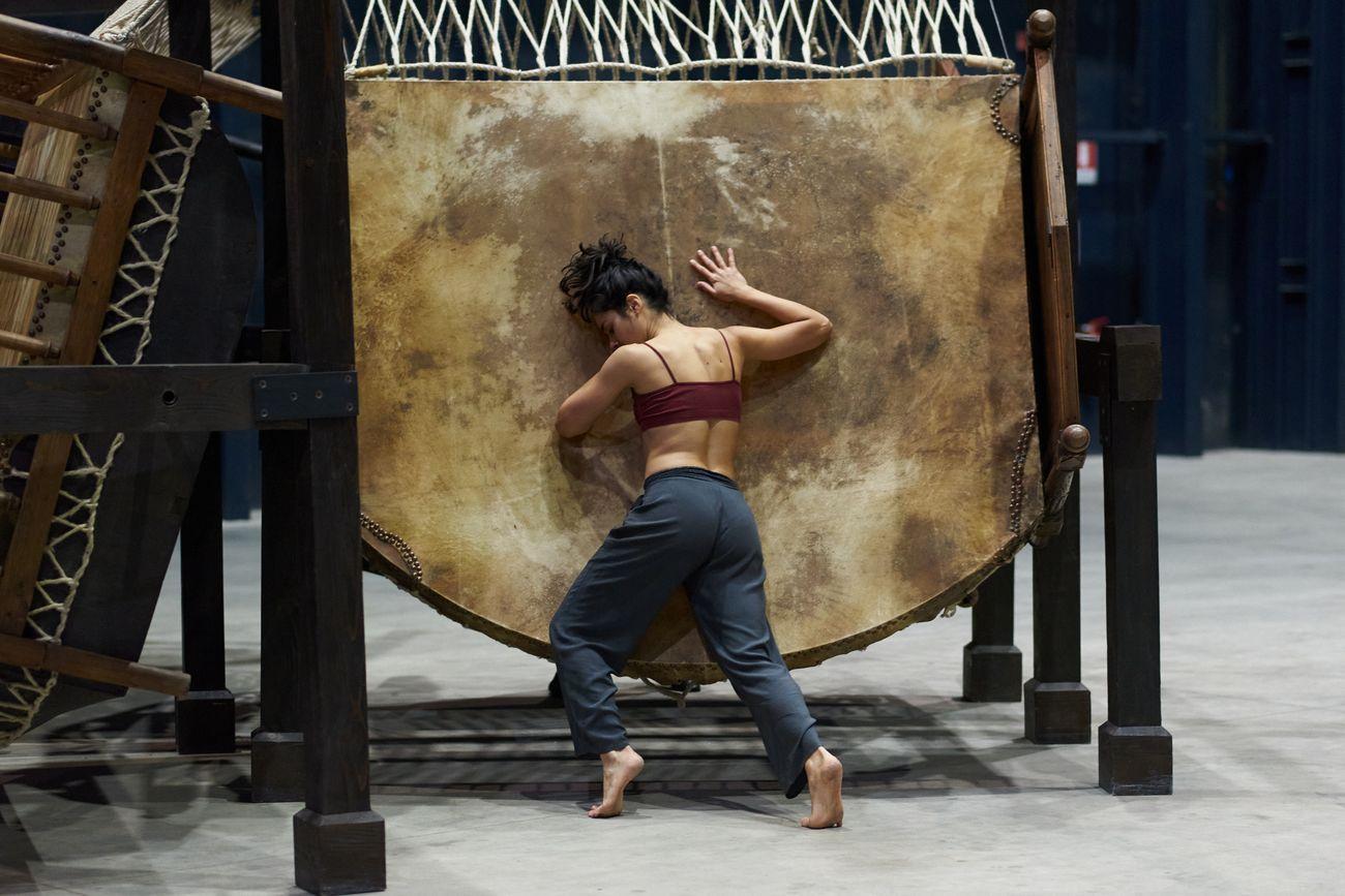 Chen Zhen, Jue Chang, Dancing Body – Drumming Mind (The Last Song), 2000. Installation view & performance at Pirelli HangarBicocca, Milano 2020. Pinault Collection © ADAGP, Paris. Courtesy Pirelli HangarBicocca. Photo Francesco Margaroli