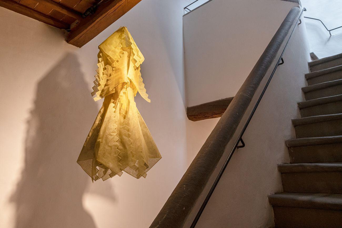Cinzia Ruggeri, Abito giallo a scale, 1980 ca.. Photo OKNOstudio