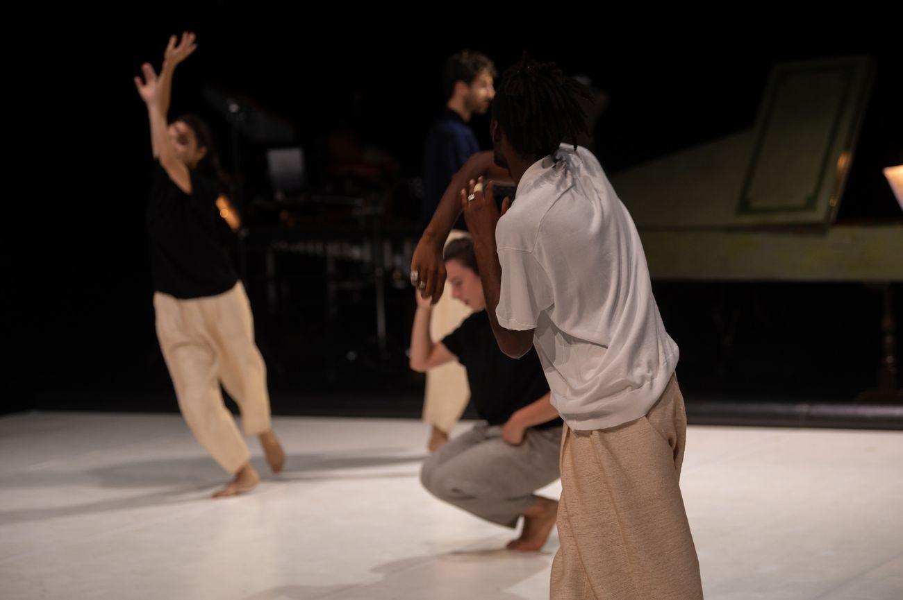 Cristina Kristal Rizzo, Toccare. The White Dance. Photo Andrea Macchia
