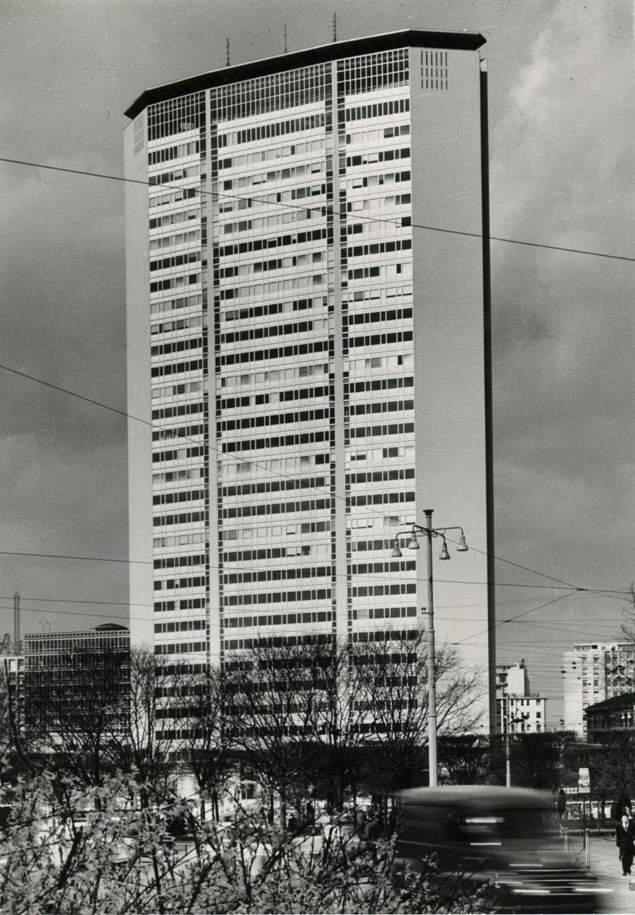 Gio Ponti & Pier Luigi Nervi, Grattacielo Pirelli, Milano, 1960. Photo Paolo Monti, 1965 CC BY SA 4.0 via Wikimedia