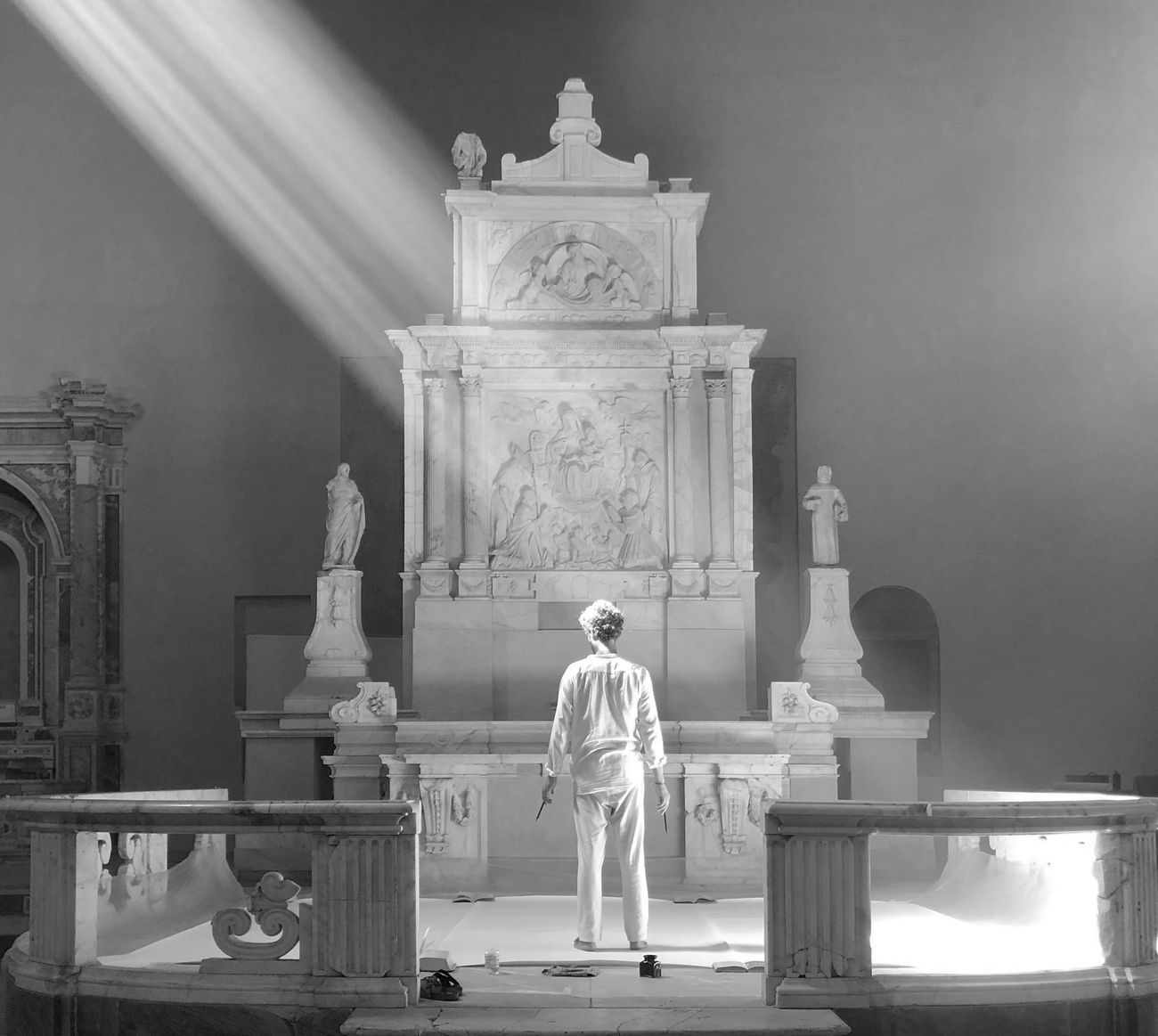 H. Schwab, Chiesa di Sant'Aniello a Caponapoli. Gianluigi Maria Masucci durante la realizzazione di Omaggio alle divinità solari e lunari. Courtesy l'artista