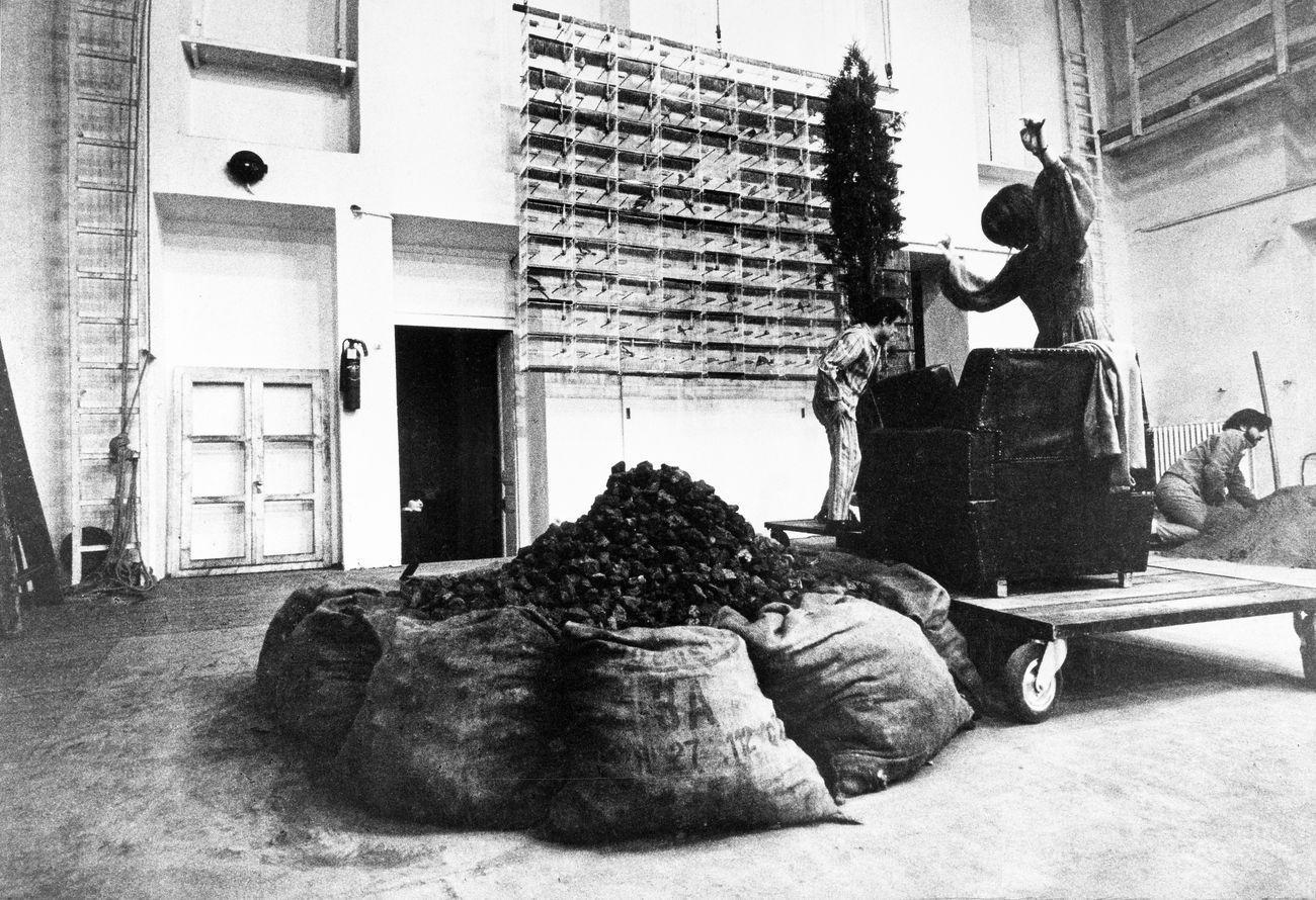 I testimoni. Teatro Gobetti, Torino 1968. Photo Claudio Abate © Archivio Claudio Abate. Courtesy Archivio Jannis Kounellis