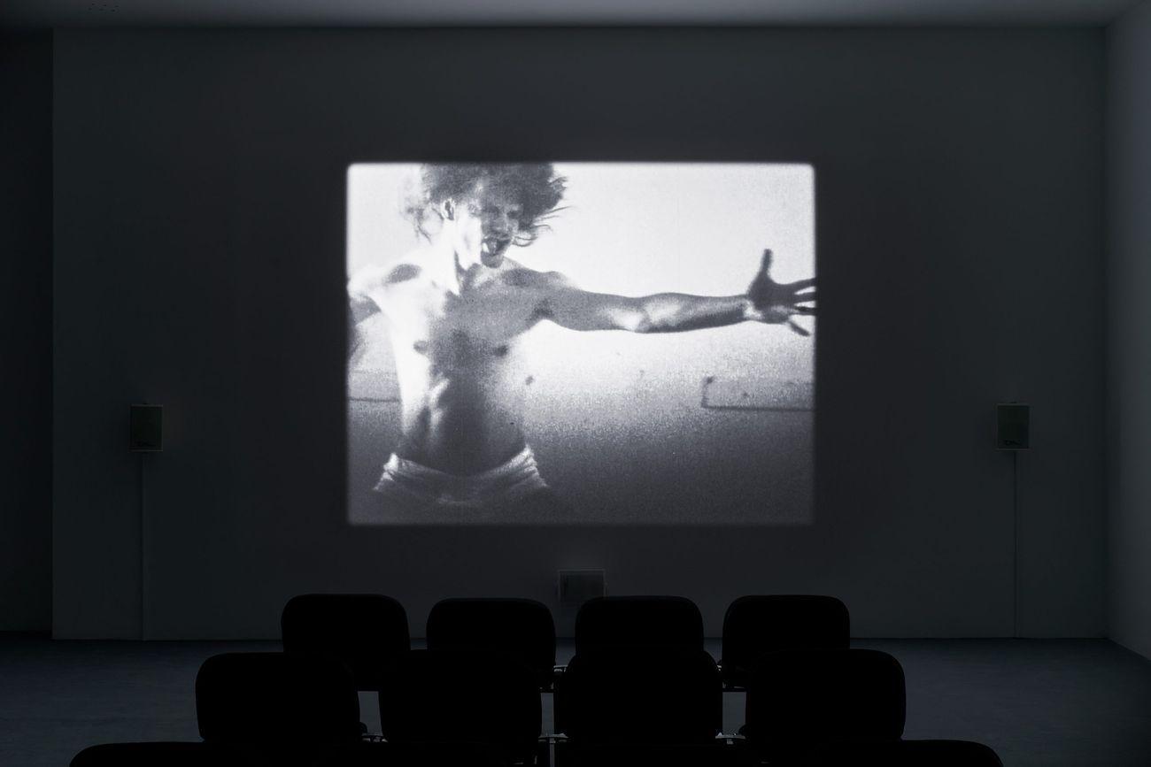 Jeremy Shaw, Liminals, 2017. Installation view at JSC, Berlino 2020. Photo Alwin Lay