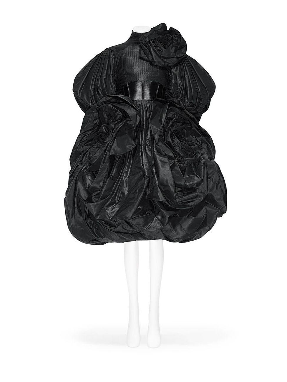 L'abito più recente in esposizione. Alexander McQueen, Sarah Burton Collezione AI 2019–20. Photograph © Nicholas Alan Cope