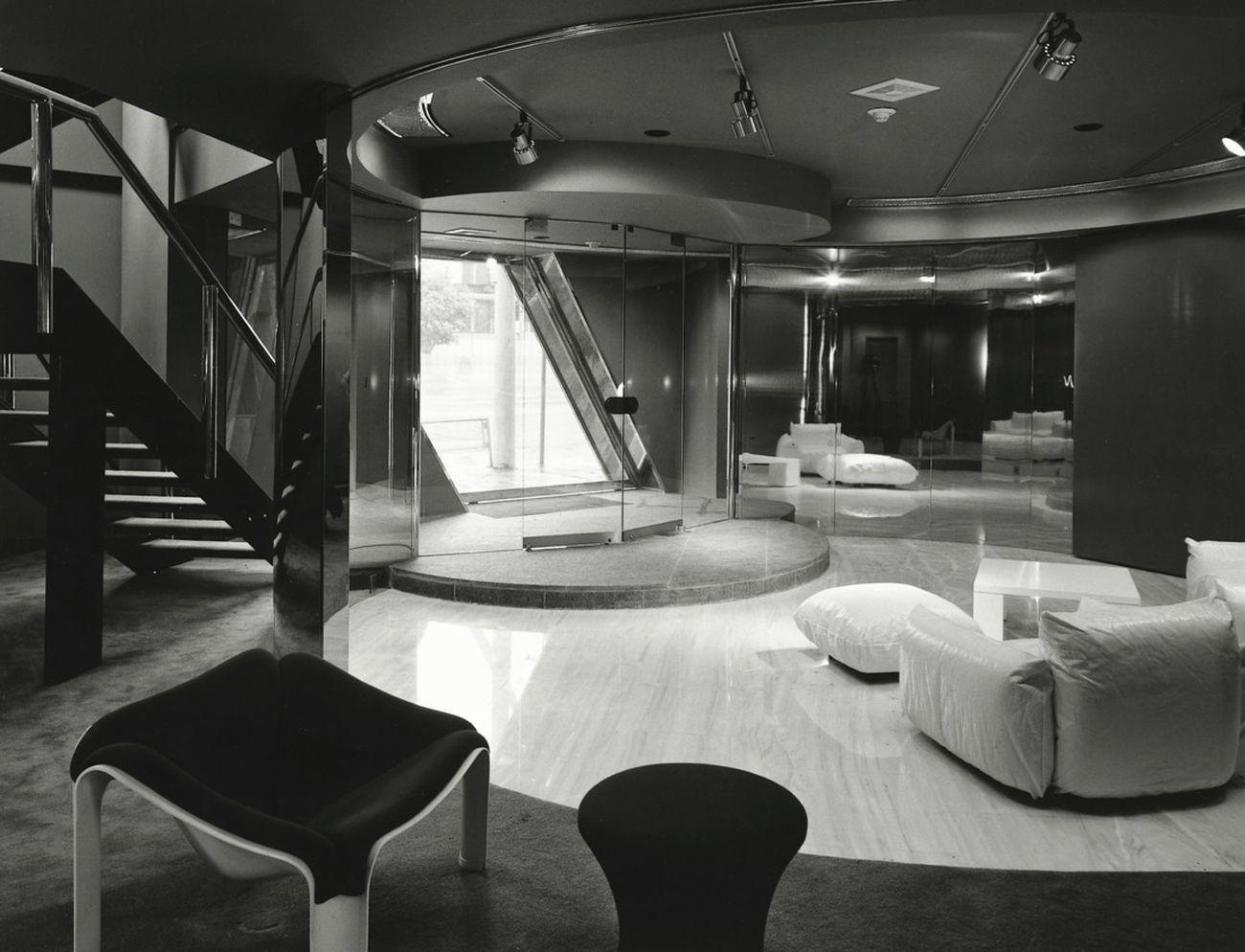 Paolo Riani, MEC – Mitsubishi Estate CO, Edificio direzionale e showroom, Aoyama dori Tokyo, 1971. Interno, esposizione di mobili. Photo A. Kawasumi