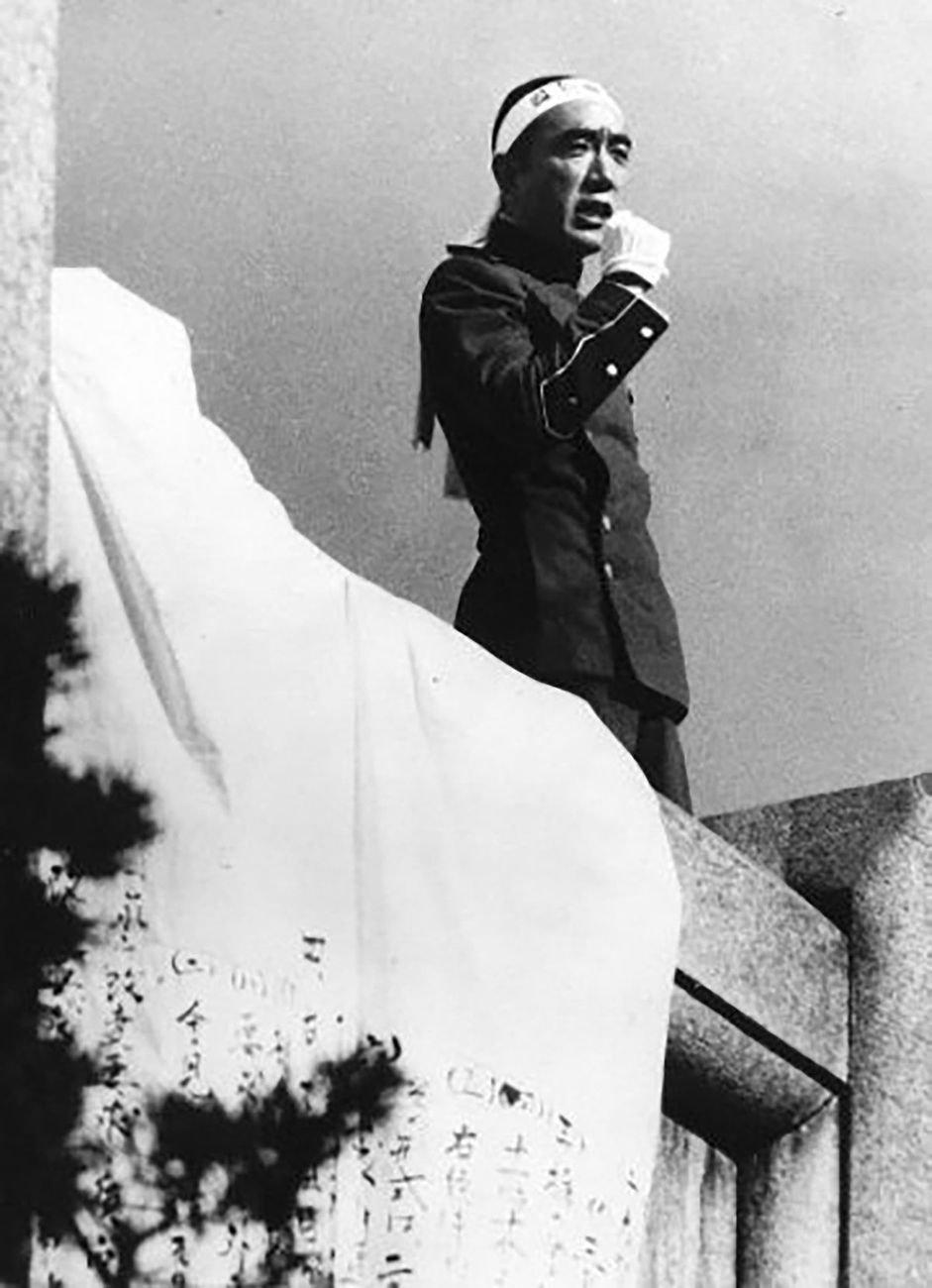 25 novembre1970. Mishima arringa i membri del Takenokai e i miltari poco prima di suicidarsi