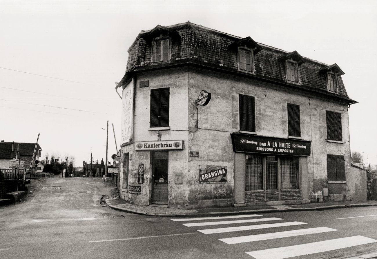 A la Halte, il bar della stazione di Chaponval, rue Pontoise (Val d'Oise, Ile de France) (© photo Dondero_De Marco 1990_Sulle tracce di Van Gogh)