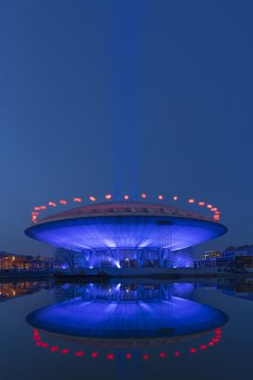 Evoluon in Eindhoven lit up by Kari Kola and red baloons by Ivo Schoofs - Glow 2020