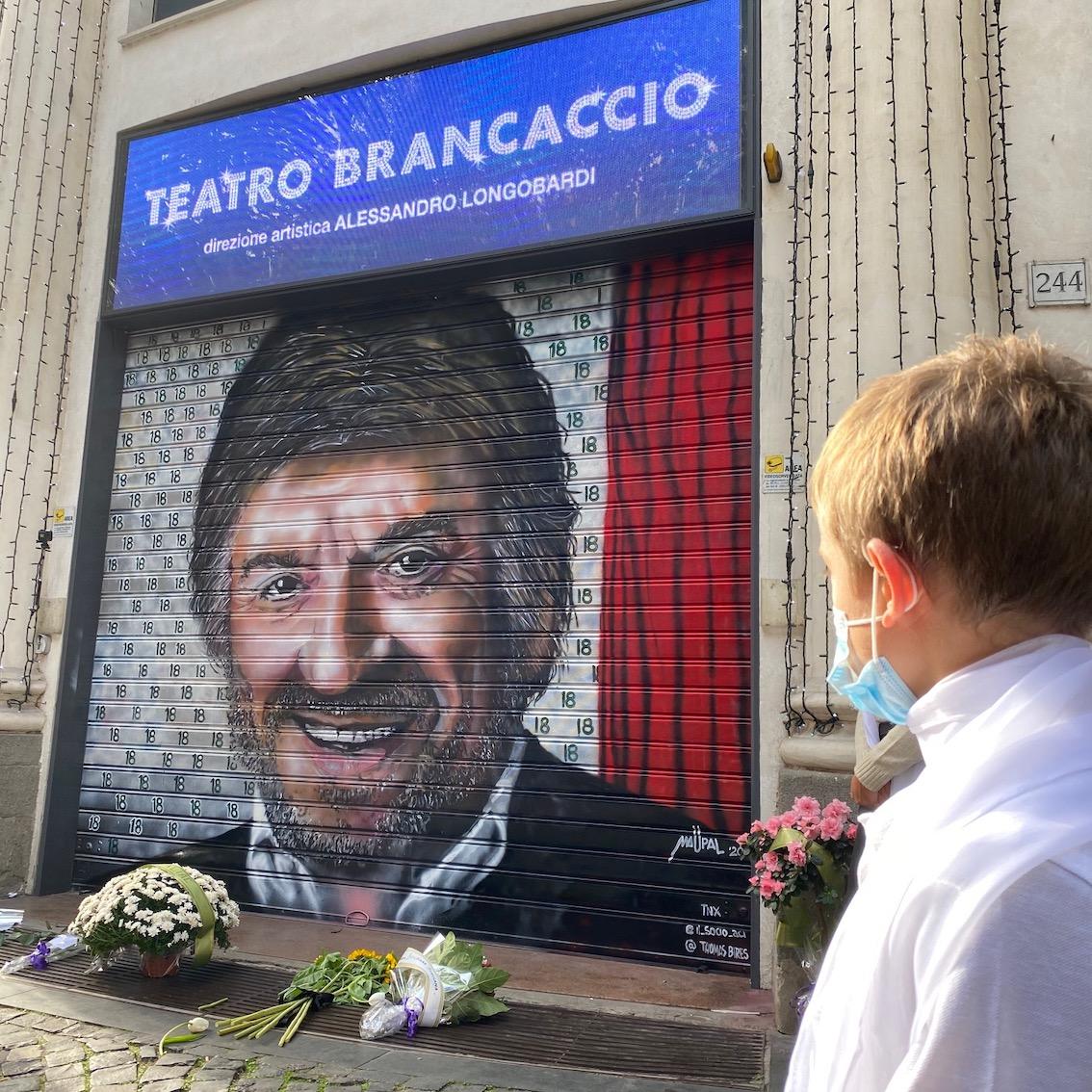 Il murale di Maupal dedicato a Gigi Proietti al Teatro Brancaccio di Roma