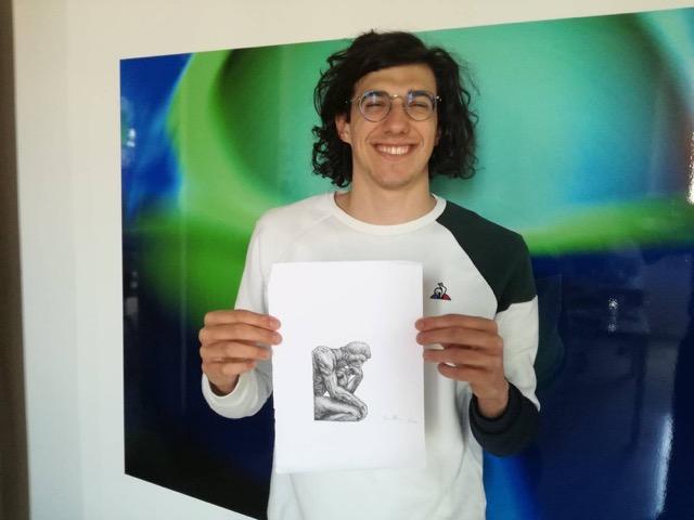 Il nuotatore Simone Barlaam con il suo disegno. Courtesy of Pittura.In.Movimento