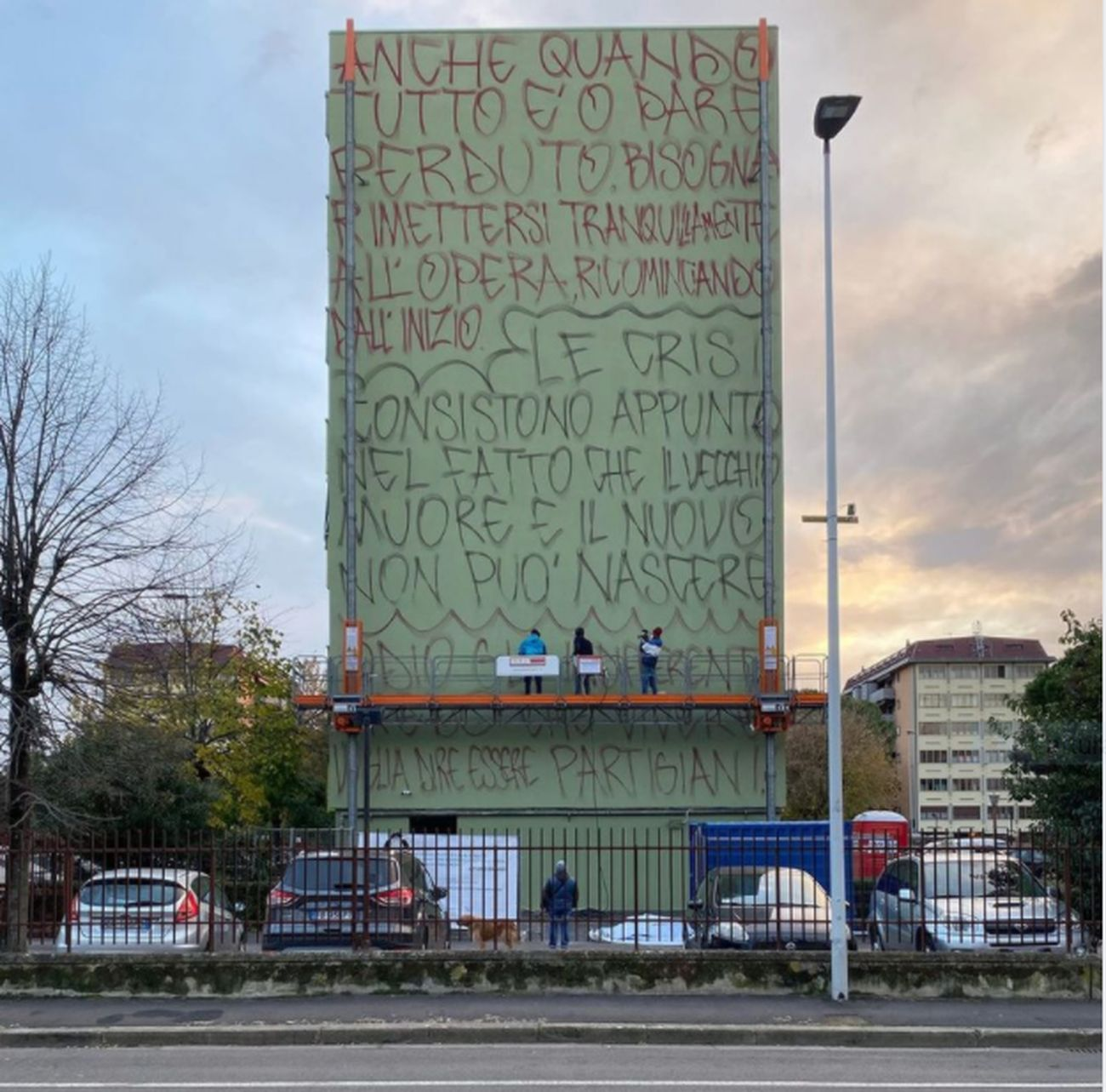 Jorit al lavoro a Firenze sul murale di Gramsci