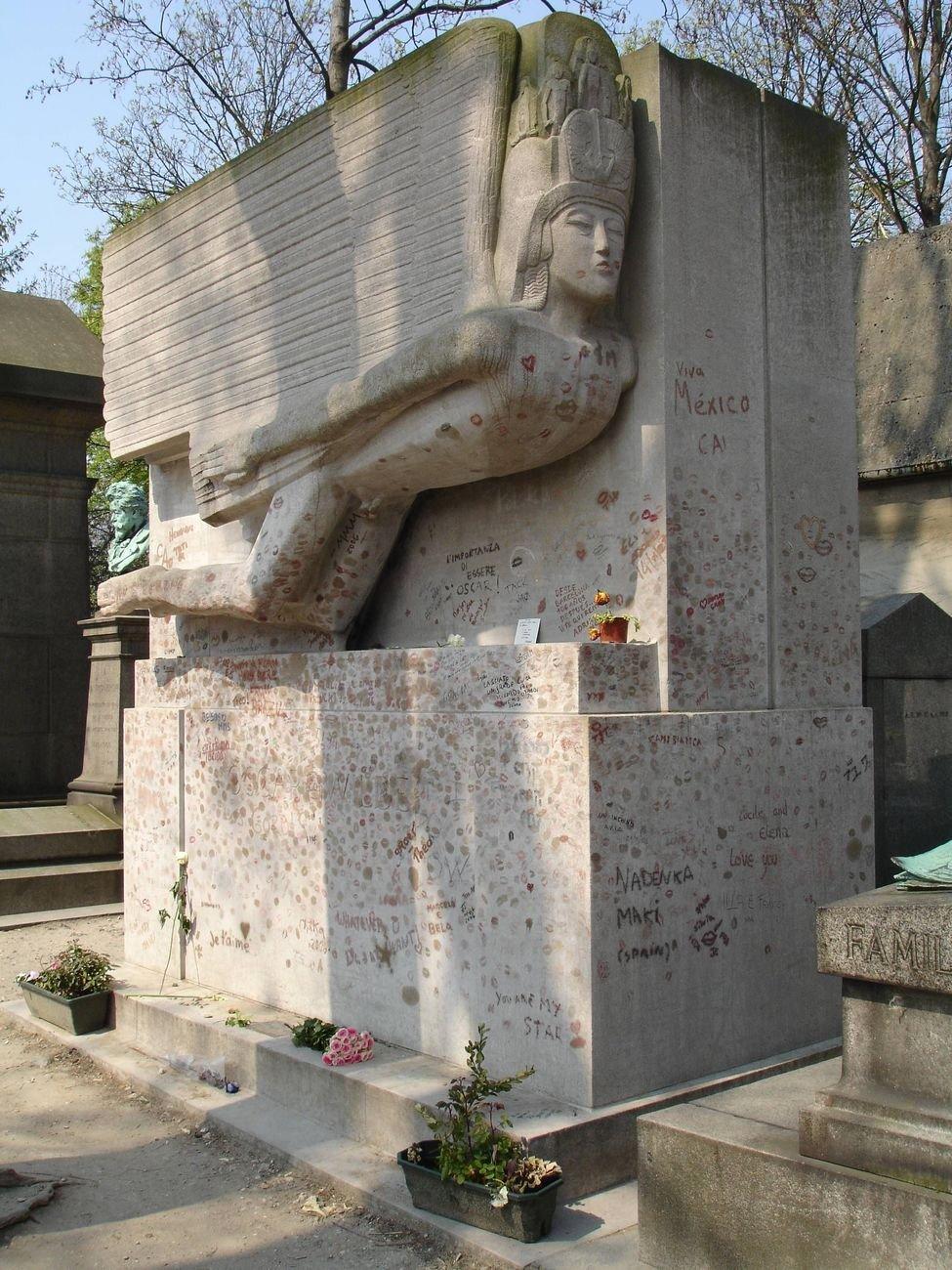 La monumentale tomba di Oscar Wilde al Père Lachaise di Parigi