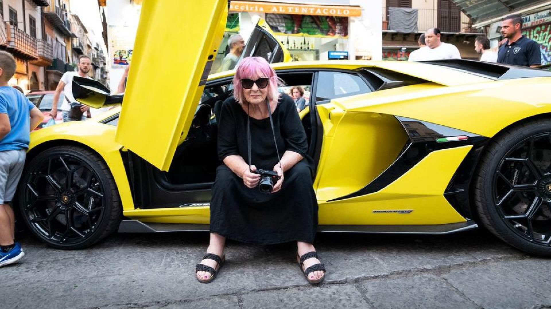 Letizia Battaglia su una Lamborghini