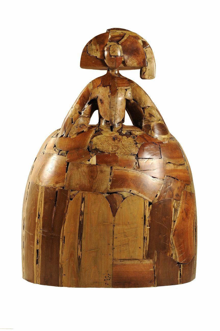 Manolo Valdés, Reina Mariana, 1997, legno, cm 182x132x89. Galleria d'Arte Contini © Manolo Valdés by SIAE 2020