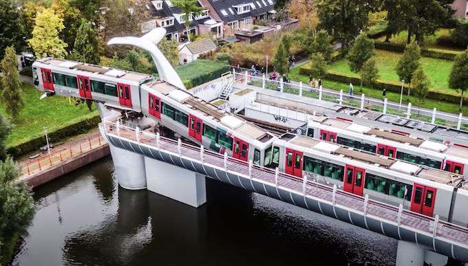 """Treno deragliato a Rotterdam """"salvato"""" dalla sculturascultura dell'architetto Maarten Struijs"""