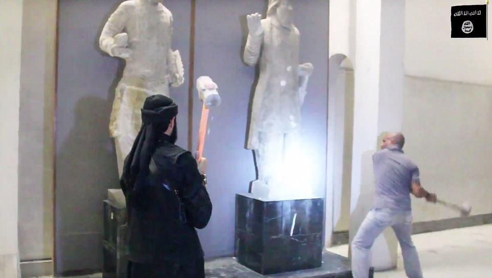 Un fotogramma di un video di propaganda diffuso da Daesh, mostra, nel 2014, due fanatici in atto distruggere preziose opere d'arte dell'antica civiltà irachena