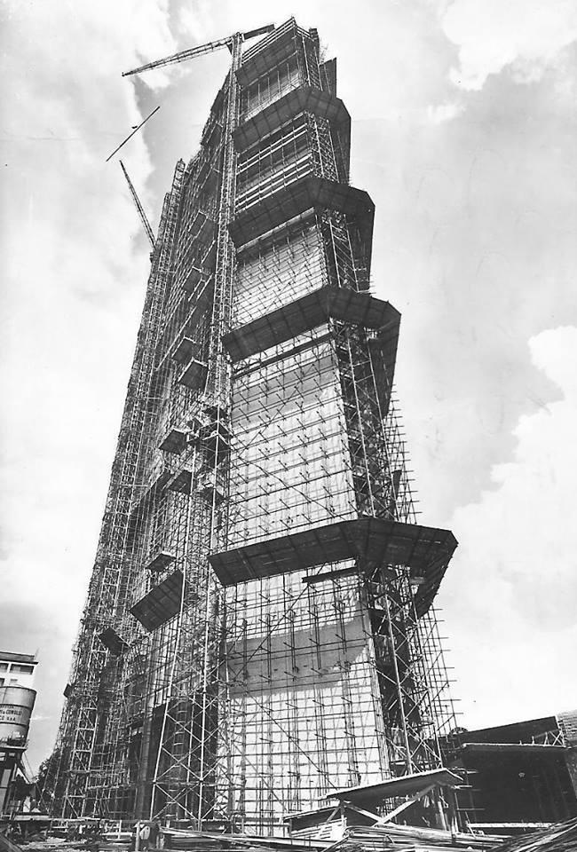 Il grattacielo Pirelli in costruzione alla fine degli anni 1950