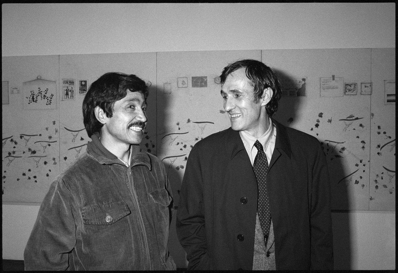 Salman Alì e Alighiero Boetti all'inaugurazione della mostra alla Galleria Christian Stein, Milano, 25 marzo 1987. Photo © Giorgio Colombo