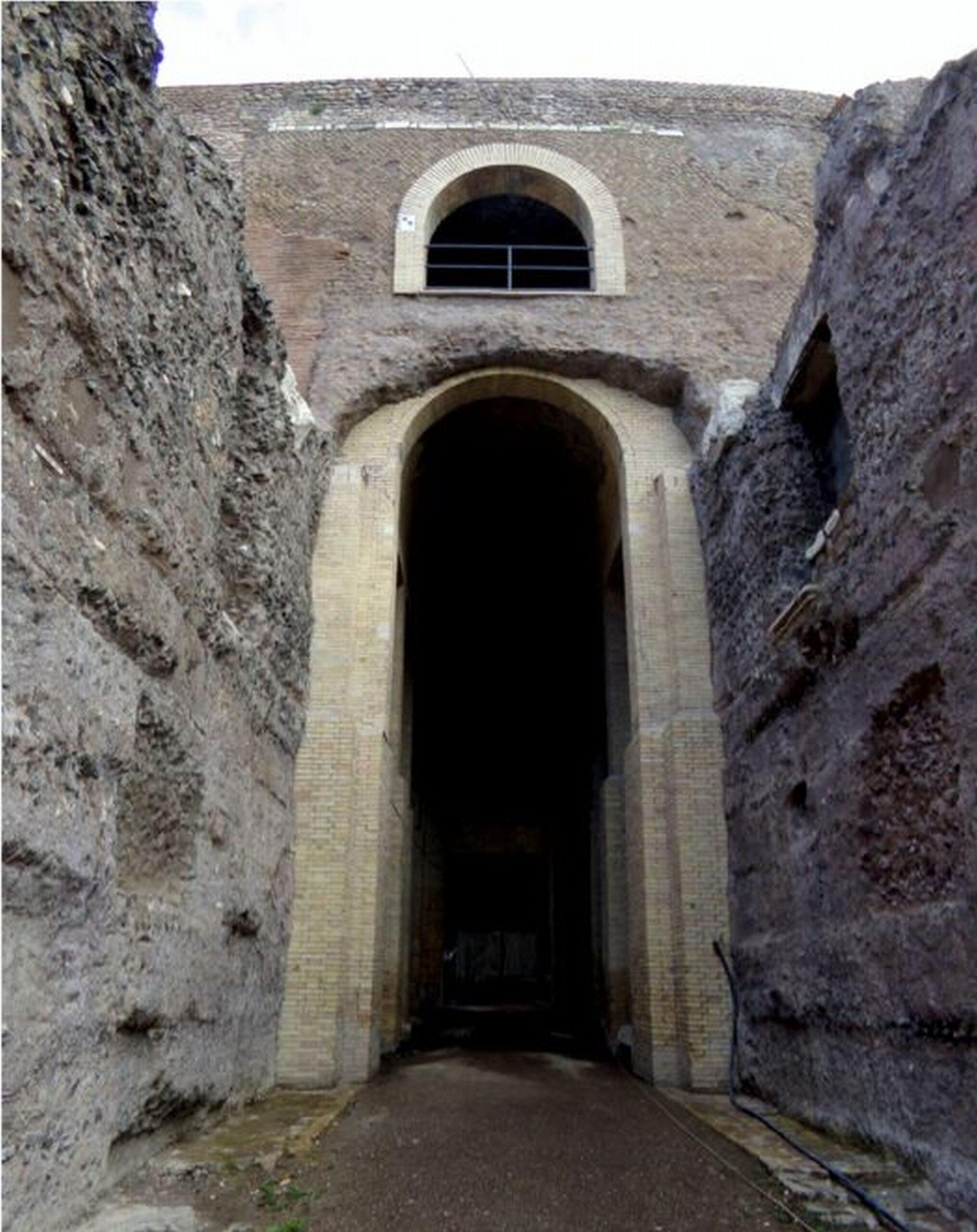 Veduta dell'ingresso al Mausoleo di Augusto prima e dopo i restauri condotti dalla Sovrintendenza Capitolina ai Beni Culturali
