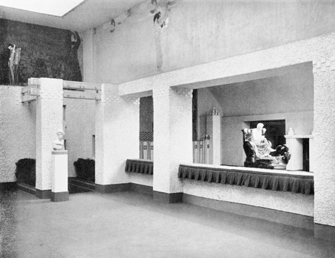 XIV esposizione della Secessione viennese, 1902. La statua raffigurante Beethoven di Max Klinger. Photo Archive of Secession