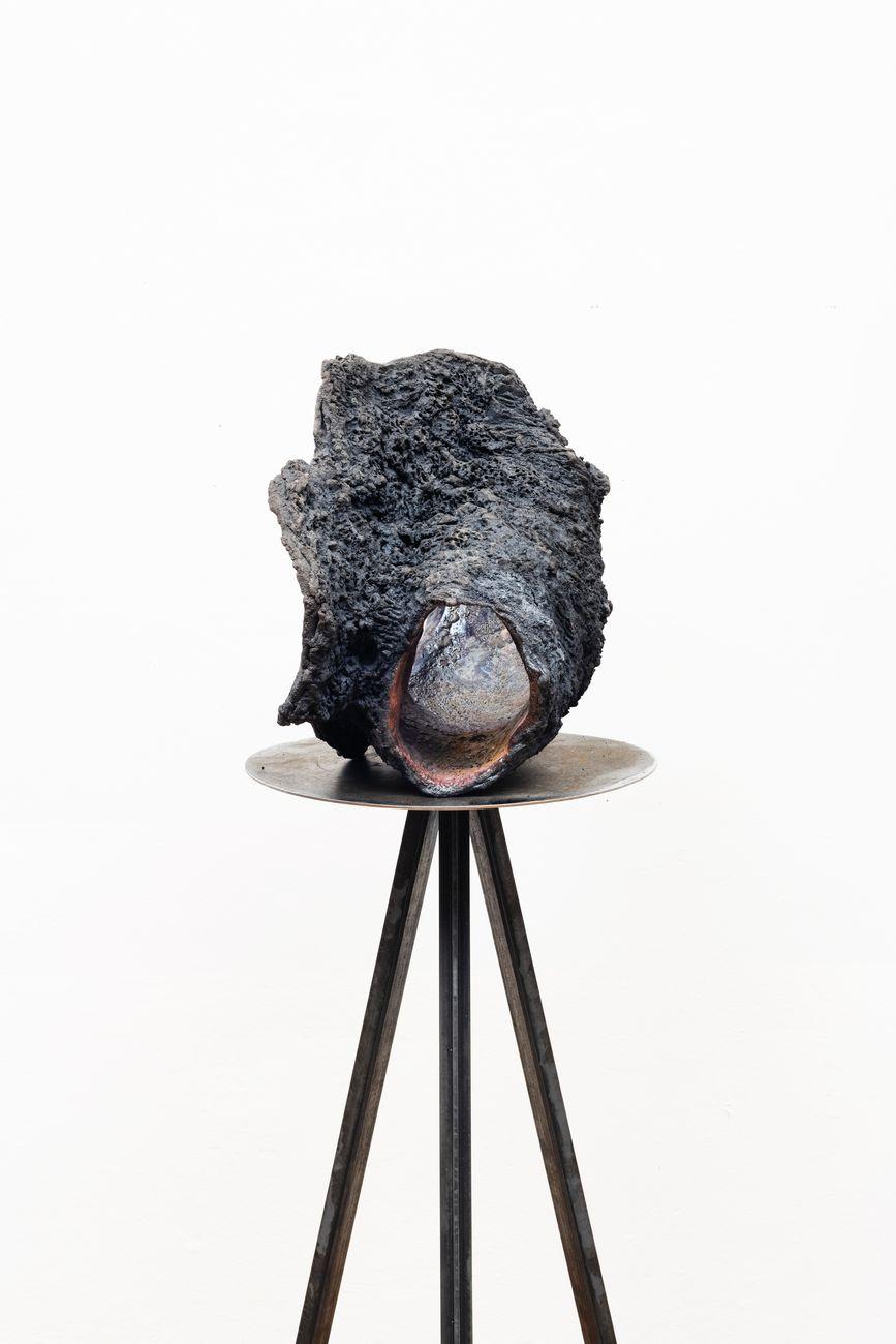 Cleo Fariselli, Senza titolo (fianco), dettaglio, 2019, ceramica Raku, cm 56x39x30. Photo Silvia Mangosio e Luca Vianello