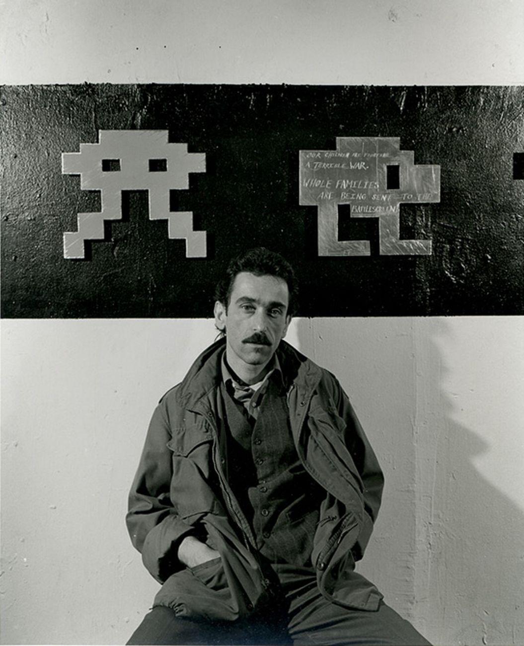 Don Leicht con gli Space Invaders in metallo, Bronx, NYC 1982. Photo Peter Bellamy