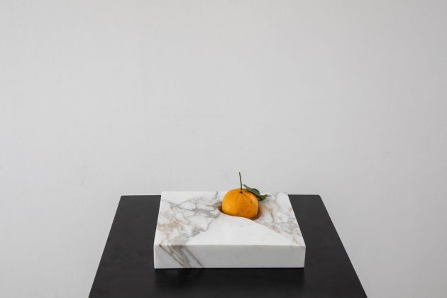 Fruit, marmo bianco venature viola, pezzo unico. Ghezzi Agerskov for SWING Design Gallery © Danilo Donzelli Photography