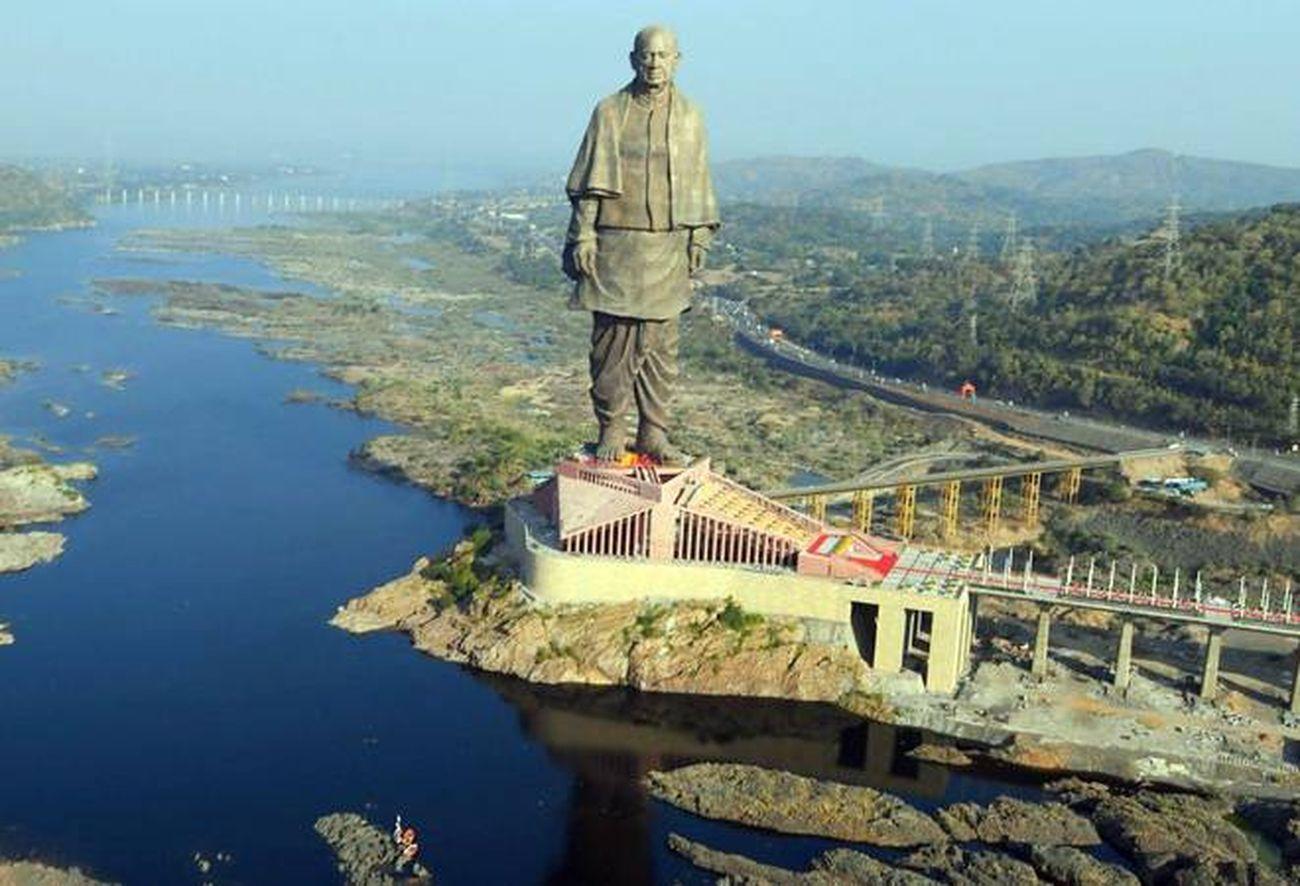 La gigantesca statua di Vallabhbhai Patel sul fiume Narmada