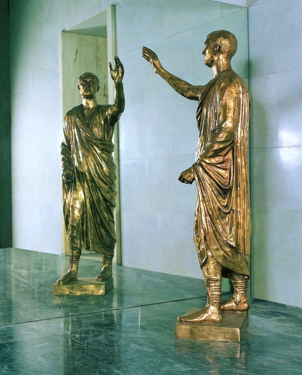 Michelangelo Pistoletto, L'Etrusco, 1976, specchio e bronzo, h. cm 185 (bronzo), cm 330x230 (specchio). Collezione Farnesina