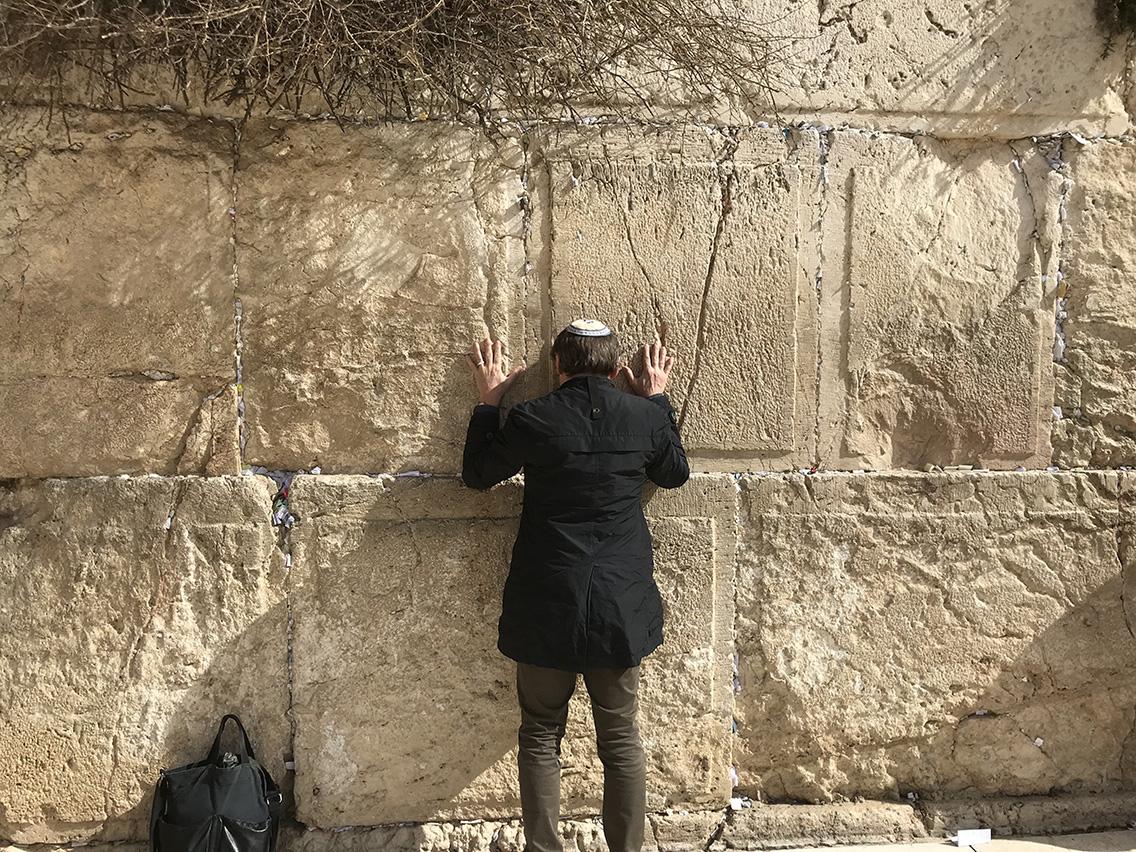 Roberto Paci Dalò davanti al Muro del Pianto a Gerusalemme