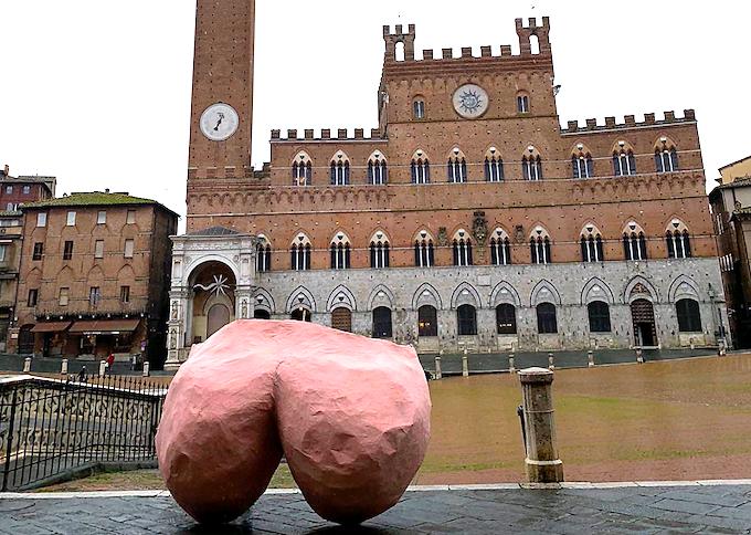 La scultura a forma di sedere a Piazza del Campo a Siena - Foto Facebook Goliardi Senesi