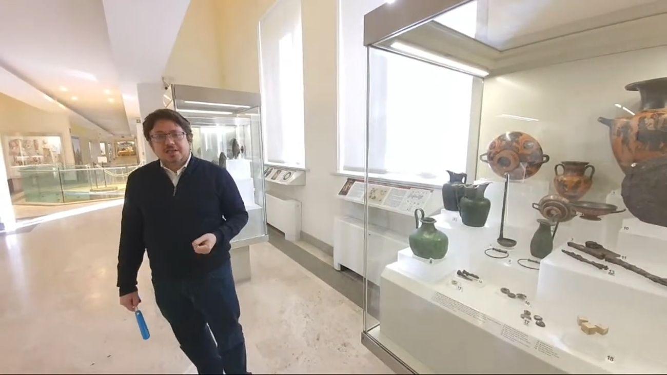 Valentino Nizzo durante l'evento A scuola con gli Etruschi su YouTube