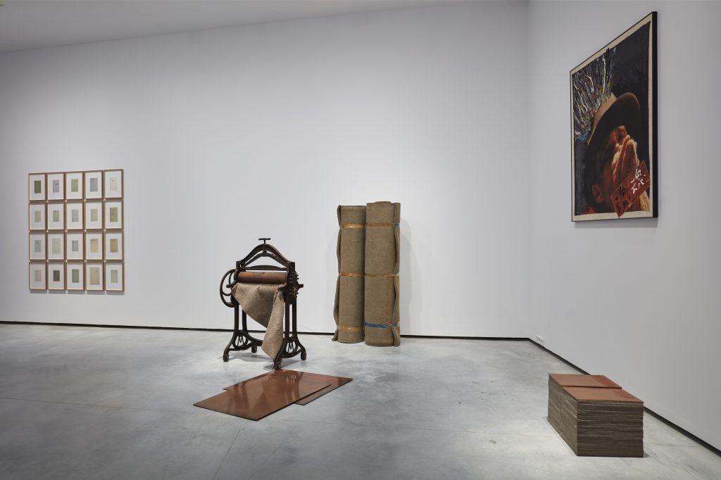 A sinistra, Joseph Beuys, Angelus, 1977. A destra, Nam June Paik, Beuys II, 1989. © Joaquín Cortés / Helga de Alvear Museum