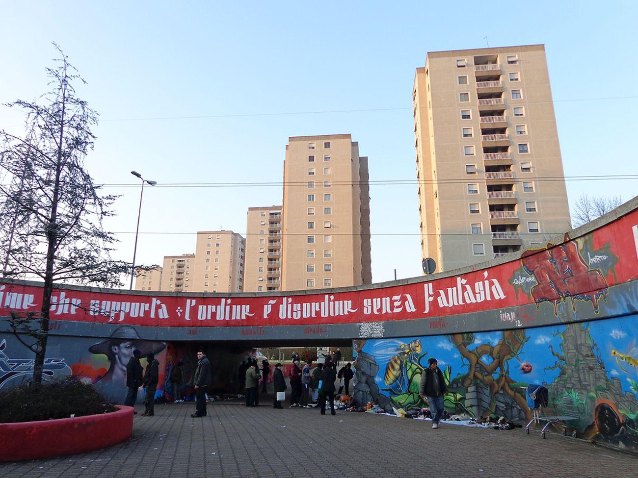Carlo Aymonino, quartiere Gallaratese, Milano, vista dal sottopasso di Bonola, 2013. Photo Arbalete CC BY SA 3.0 via Wikimedia