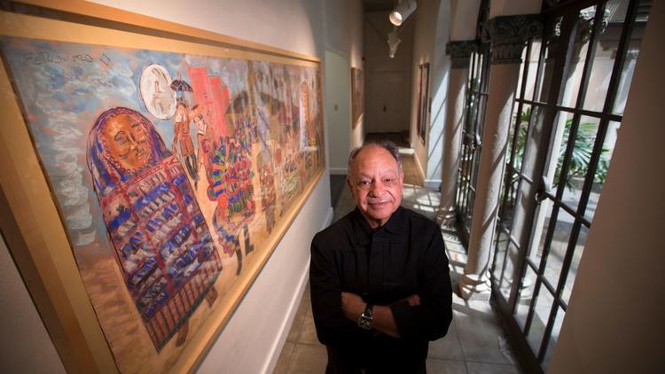 Cheech Marin con un'opera della sua collezione